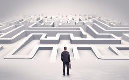 Homem de negócios que começa um labirinto 3d liso Imagens de Stock