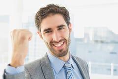 Homem de negócios que comemora um bom trabalho fotografia de stock