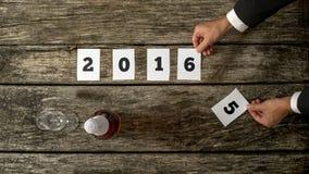 Homem de negócios que comemora um comi de antecipação do ano 2015 bem sucedido Foto de Stock Royalty Free