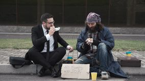 Homem de negócios que comunica-se com os sem abrigo video estoque