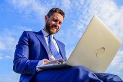 Homem de negócios que comunica-se em linha Certifique-se que seus email são tão mornos e pessoais como possível usando variáveis  imagem de stock royalty free