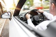 Homem de negócios que conduz seu carro fotografia de stock royalty free