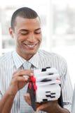Homem de negócios que consulta um suporte do cartão Fotos de Stock Royalty Free