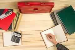 Homem de negócios que conta o lucro e as perdas, analisando resultados financeiros Fotografia de Stock Royalty Free