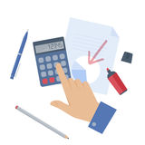 Homem de negócios que conta o lucro na calculadora Foto de Stock Royalty Free