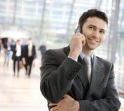 Homem de negócios que convida o telefone Fotografia de Stock Royalty Free