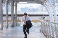 Homem de negócios que corre tarde para o trabalho imagem de stock royalty free