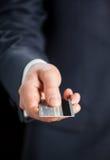 Homem de negócios que dá o cartão de crédito fotografia de stock