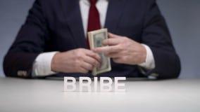 Homem de negócios que dá o subôrno ao funcionário corrupto Corrupção nas relações econômicas vídeos de arquivo