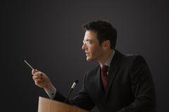 Homem de negócios que dá uma leitura Fotografia de Stock Royalty Free