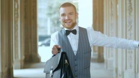 Homem de negócios que dança o homem feliz video estoque