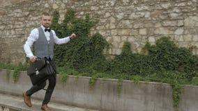 Homem de negócios que dança o homem feliz vídeos de arquivo