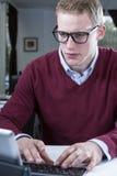 Homem de negócios que datilografa dentro com um teclado Fotos de Stock Royalty Free