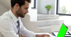 Homem de negócios que datilografa em seu computador vídeos de arquivo