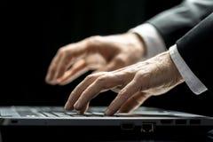 Homem de negócios que datilografa em seu laptop Fotografia de Stock Royalty Free