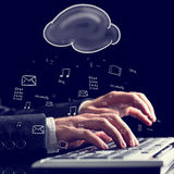 Homem de negócios que datilografa em um teclado de computador Fotos de Stock