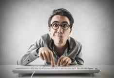 Homem de negócios que datilografa no teclado fotos de stock