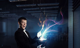 Homem de negócios que demonstra a mágica Meios mistos Imagens de Stock Royalty Free