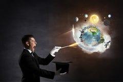 Homem de negócios que demonstra a mágica Meios mistos Fotografia de Stock Royalty Free