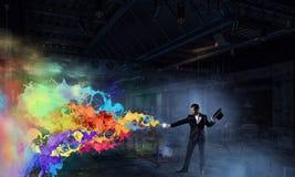 Homem de negócios que demonstra a mágica Meios mistos Foto de Stock Royalty Free