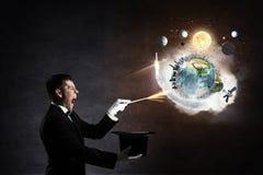 Homem de negócios que demonstra a mágica Meios mistos Fotos de Stock Royalty Free