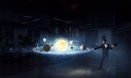 Homem de negócios que demonstra a mágica Meios mistos Imagem de Stock Royalty Free