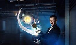 Homem de negócios que demonstra a mágica Meios mistos Meios mistos Fotos de Stock