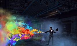 Homem de negócios que demonstra a mágica Meios mistos Meios mistos Imagens de Stock Royalty Free