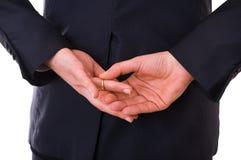 Homem de negócio que descola sua aliança de casamento. Imagens de Stock Royalty Free