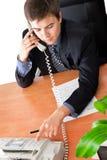 Homem de negócios que disca o número Fotografia de Stock Royalty Free