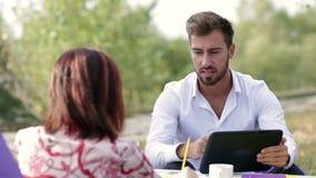 Homem de negócios que discute com seu colega de trabalho na reunião filme