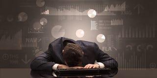 Homem de negócios que dorme com cartas, gráficos e conceito dos relatórios Imagens de Stock