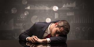 Homem de negócios que dorme com cartas, gráficos e conceito dos relatórios Imagem de Stock