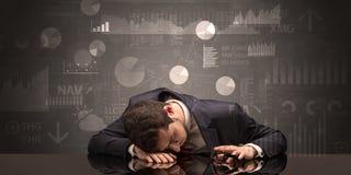 Homem de negócios que dorme com cartas, gráficos e conceito dos relatórios Fotos de Stock Royalty Free
