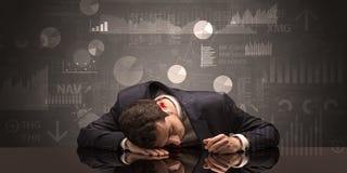 Homem de negócios que dorme com cartas, gráficos e conceito dos relatórios Foto de Stock