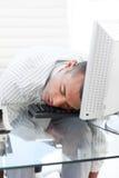 Homem de negócios que dorme em um teclado Fotografia de Stock