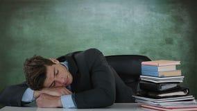 Homem de negócios que dorme na mesa video estoque