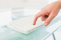 Homem de negócios que empurra a chave no teclado Imagens de Stock