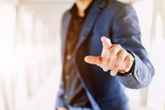 Homem de negócios que empurra em uma tela de toque Foto de Stock Royalty Free