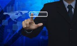 Homem de negócios que empurra o écran sensível vazio do botão sobre o mapa da conexão Foto de Stock