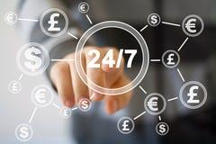 Homem de negócios que empurra o botão 24 horas de serviço com moeda do dólar Imagens de Stock