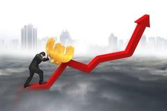 Homem de negócios que empurra o euro no ponto de partida da carta da tendência com cidade Imagem de Stock