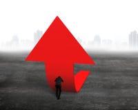 Homem de negócios que empurra a seta vermelha da tendência 3D para cima Fotografia de Stock