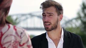 Homem de negócios que encontra seu colega fora vídeos de arquivo