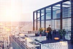 Homem de negócios que entra em um restaurante no telhado Foto de Stock Royalty Free