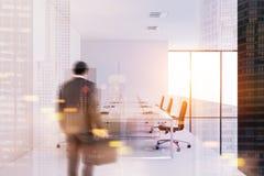 Homem de negócios que entra em uma sala de reunião branca da parede Fotografia de Stock Royalty Free