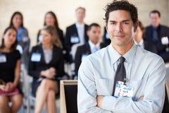 Homem de negócios que entrega a apresentação na conferência Imagens de Stock Royalty Free