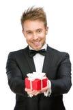 Homem de negócios que entrega a caixa de presente imagens de stock