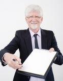 Homem de negócios que entrega o contrato Imagens de Stock Royalty Free