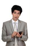 Homem de negócios que envia uma mensagem de texto Fotos de Stock Royalty Free